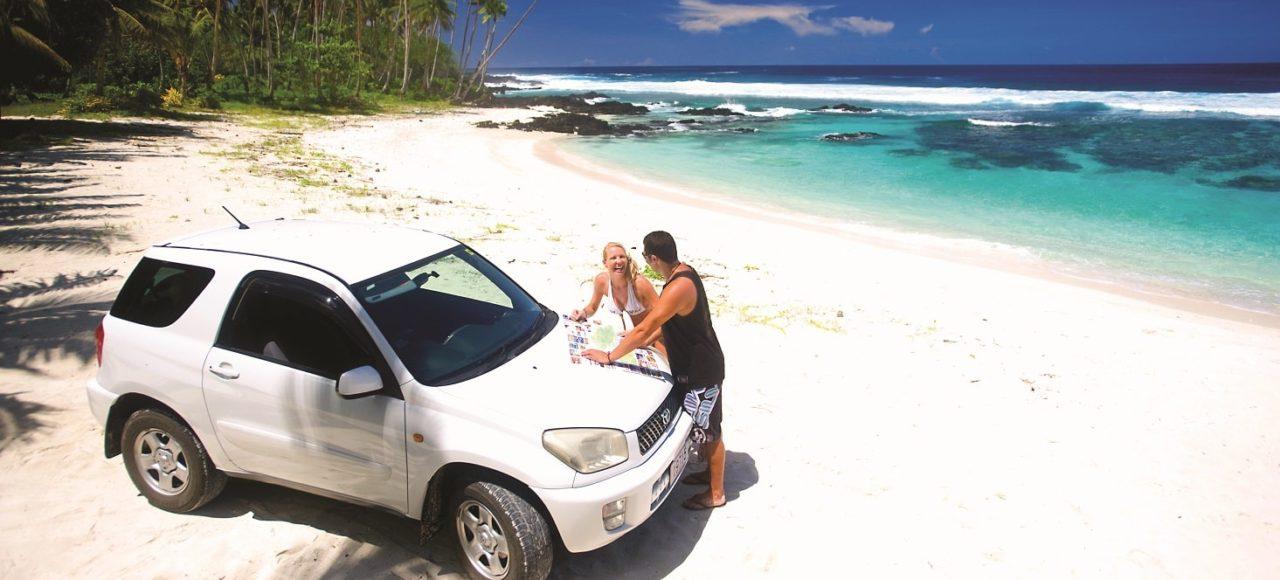 Auto am Strand, Samoa © David Kirkland